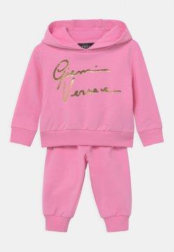 Versace - SIGNATURE GRECA PRINT SET UNISEX - Chándal - pink/gold