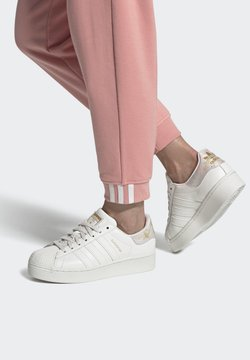 adidas Originals - SUPERSTAR SPORTS INSPIRED SHOES - Baskets basses - cwhite/cwhite/goldmt