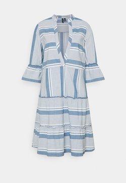 Vero Moda Tall - VMAKELA CHAMBRAY TUNIC - Freizeitkleid - light blue denim/white