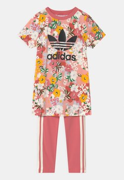adidas Originals - SST SET HER LONDON ALL OVER PRINT PRIMEGREEN ORIGINALS TRACKSUIT - T-shirt imprimé - trace pink/black/hazy rose/cream white