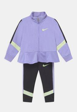 Nike Sportswear - TROPHY SET - Chaqueta de entrenamiento - black