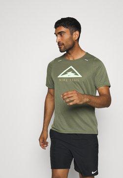 Nike Performance - RISE TRAIL - Camiseta estampada - medium olive/barely volt