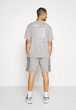 Mennace - RAW EDGE STRIPE PANEL SHORT - Jogginghose - grey