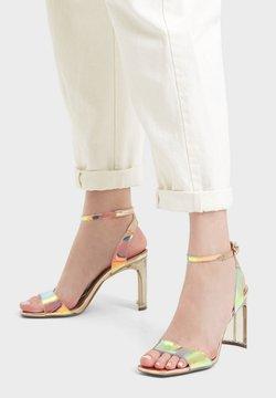 Bershka - ABSATZ AUS SCHILLERNDEM VINYL - High Heel Sandalette - gold
