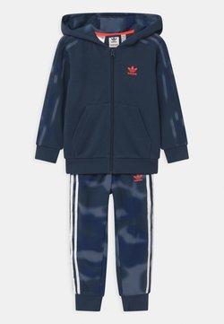 adidas Originals - CAMO HOODED SET UNISEX - Verryttelypuku - crew navy/crew blue