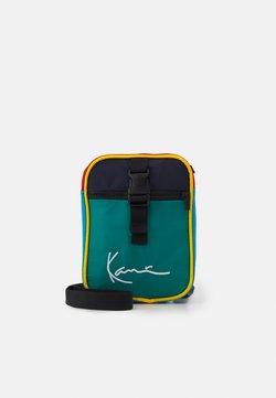 Karl Kani - SIGNATURE BLOCK MESSENGER BAG UNISEX - Bandolera - green