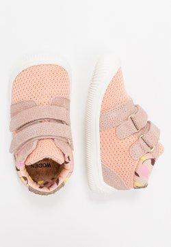 Woden - TRISTAN BABY - Lauflernschuh - pink/sand