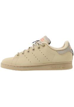 adidas Originals - STAN SMITH - Sneaker low - savannah/solar red