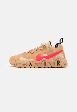 Nike Sportswear - AIR BARRAGE UNISEX - Sneaker low - tan/laser crimson/white onyx/black