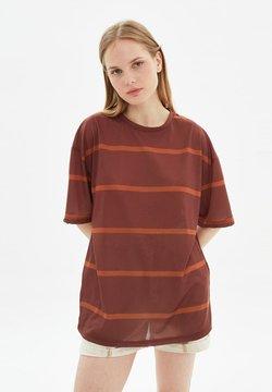 Trendyol - T-shirt con stampa - brown