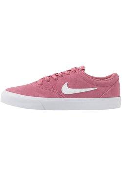 Nike SB - CHARGE - Sneaker low - desert berry/white