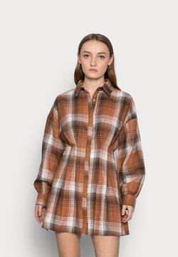 Missguided Petite - PLEATED WAIST DRESS CHECK - Blusenkleid - rust