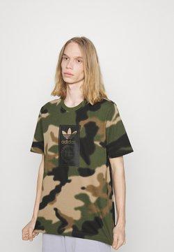 adidas Originals - CAMO TONGUE - T-Shirt print - wild pine/multicolor/black