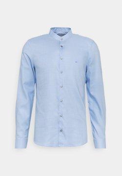 Calvin Klein Tailored - MOTIF EASY CARE SLIM SHIRT - Businesshemd - light blue