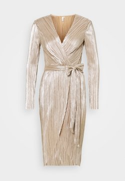 Nly by Nelly - FINE PLEATED WRAP DRESS - Cocktailklänning - champagne