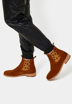 Crickit - CHELSEA BOOT JULIA MIT HERZCHEN - Ankle Boot - cognac