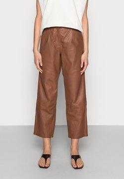 Lounge Nine - ANAISE PANT - Pantalon en cuir - deep caramel