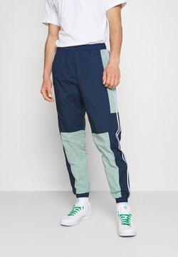 adidas Originals - LIGHTWEIGHT UNISEX - Jogginghose - hazy green/crew navy