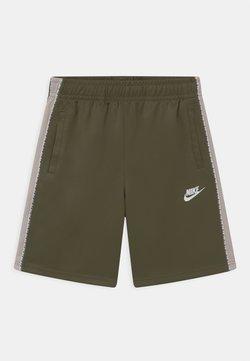 Nike Sportswear - REPEAT - Shortsit - medium olive/desert sand/white