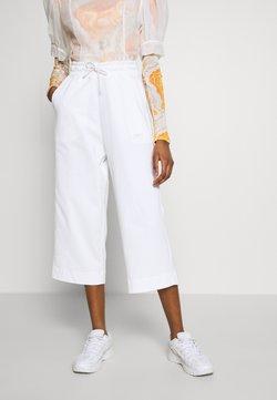 Nike Sportswear - NSW CAPRI JRSY - Jogginghose - white