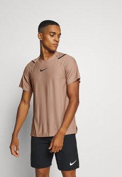Nike Performance - Printtipaita - desert dust/black