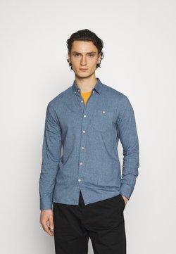 Knowledge Cotton Apparel - ELDER - Vapaa-ajan kauluspaita - light blue