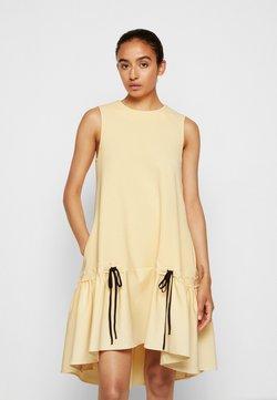Victoria Victoria Beckham - FLOUNCE HEM SHIFT DRESS - Sukienka koktajlowa - butter yellow