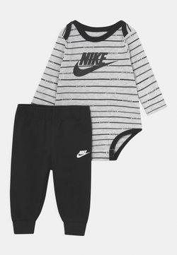 Nike Sportswear - STRIPE SET UNISEX - Pantalones - black