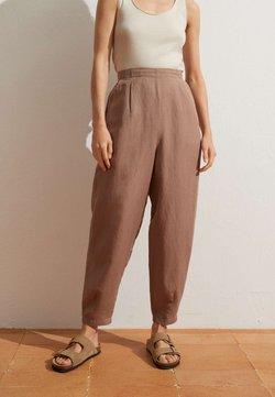 OYSHO - MIT LEINENANTEIL - Stoffhose - brown