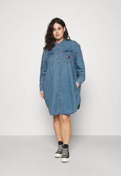 Tommy Jeans Curve - SHIRT DRESS - Dongerikjole - denim medium