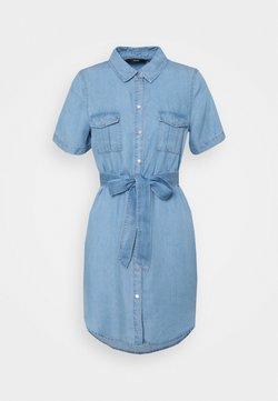 Vero Moda Petite - VMSILJA SHORT SHIRT DRESS - Blousejurk - light blue denim