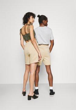 Jack & Jones - JJITOBIAS  UNISEX - Shorts - safari