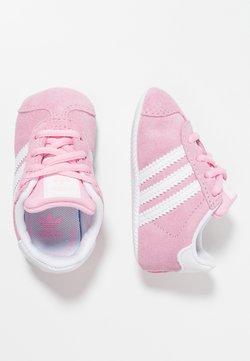 adidas Originals - GAZELLE CRIB - Chaussons pour bébé - true pink/footwear white/gold metallic
