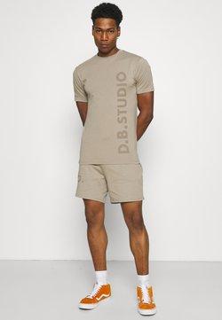 Daily Basis Studios - TEE AND SHORT SET UNISEX - T-Shirt print - stone