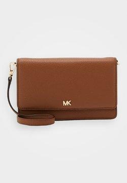 MICHAEL Michael Kors - MOTTPHONE CROSSBODY - Olkalaukku - luggage