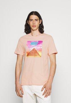 Nike Sportswear - TEE FESTIVAL PHOTO - T-shirt z nadrukiem - arctic orange