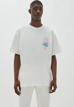 PULL&BEAR - MIT  ABSTRAKTEM PRINT - Printtipaita - white