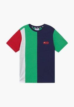 Fila - BILL BLOCKED TEE - T-shirt z nadrukiem - black iris/true red/ginko green/bright white
