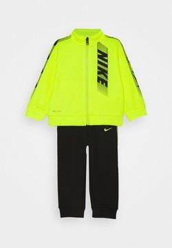 Nike Sportswear - DOMINATE THERMA SET - Hoodie met rits - black
