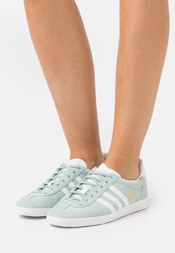 adidas Originals - GAZELLE  - Sneaker low - haze green/footwear white/gold metallic