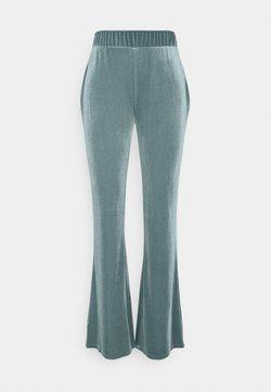 Vila - VIVELVETTA FLARED PANT - Jogginghose - goblin blue