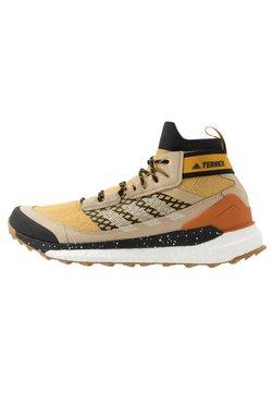 adidas Performance - FREE HIKER BOOST PRIMEKNIT SHOES - Obuwie hikingowe - legend gold/sand/core black