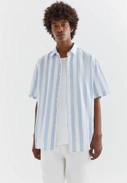 PULL&BEAR - MIT STREIFEN - Hemd - light blue