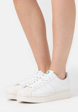 adidas Originals - SUPERSTAR BOLD PRIMEGREEN VEGAN - Sneakersy niskie - footwear white/offwhite