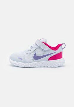 Nike Performance - REVOLUTION 5 UNISEX - Juoksukenkä/neutraalit - football grey/purple pulse/fireberry/white