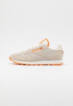 Reebok Classic - UNISEX - Sneaker low - alabaster/chalk/hi vis orange