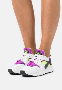 Nike Sportswear - HUARACHE - Zapatillas - white/red plum/light lemon twist/black