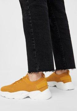 Bianco - STRICKSTOFF - Sneakers - mustard