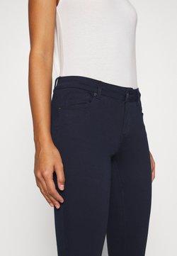 Vero Moda Petite - VMHOT SEVEN SLIM PUSH UP PANTS - Stoffhose - navy blazer