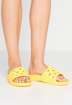 Crocs - CLASSIC SLIDE UNISEX - Matalakantaiset pistokkaat - lemon